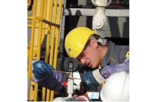 Слесарь по ремонту перегрузочных машин, фото — «Реклама Севастополя»