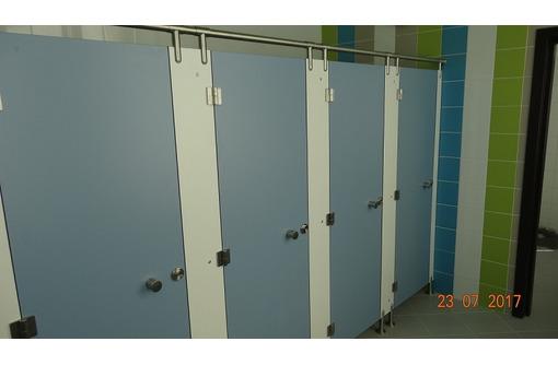 Система сантехнических туалетных модульных антивандальных перегородок HPL, нержавеющая фурнитура, фото — «Реклама Севастополя»