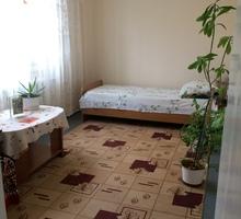 Сдам комнату в 7-м микрорайоне в частном доме. Проживание с хозяйкой. Все удобства, кухня, санузел - Аренда комнат в Крыму