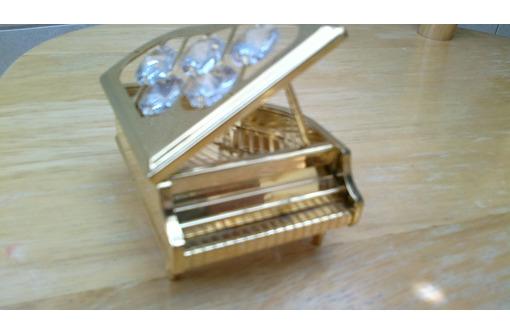 Рояль фирмы Swarovski с искусственными бриллиантами, фото — «Реклама Севастополя»