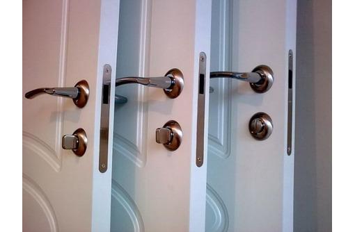 Частные мастера, монтаж межкомнатных и входных дверей, фото — «Реклама Евпатории»