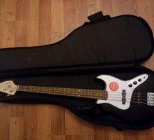 Комплект squier J bass новые струны + кабель - Гитары и другие струнные в Севастополе