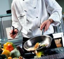 Требуются сотрудники в кафе - повара, помощник повара, посудомойщицы, уборщицы. - Бары / рестораны / общепит в Ялте