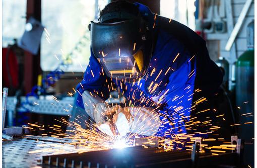 Требуется сварщик сборщик на металлоконструкции, фото — «Реклама Севастополя»
