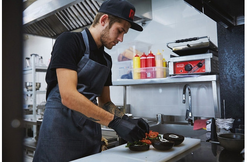 Требуются помощники повара от 17 лет - Без опыта работы в Севастополе