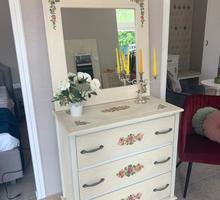 Комод с выдвижными ящиками и зеркалом, с декупаж рисунком, цвет-беж - Мебель для спальни в Севастополе