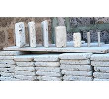 Галтованная брусчатка из природного камня на террасах и дорожках, вокруг бассейнов - Кирпичи, камни, блоки в Сочи