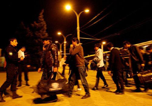 В Белореченском районе ФСБ задержала 47 мигрантов, которые жили в бывшем коровнике
