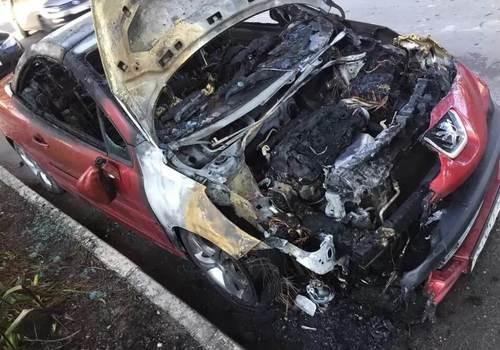 В Анапе ночью дважды загорелась припаркованная иномарка
