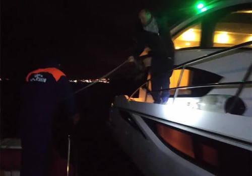 В Геленджике спасатели нашли в море неисправную яхту с туристом из Перми