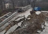 Мощный оползень обрушил часть дороги и утянул за собою грузовик в Краснодарском крае ВИДЕО, фото — «Рекламы Армавира»