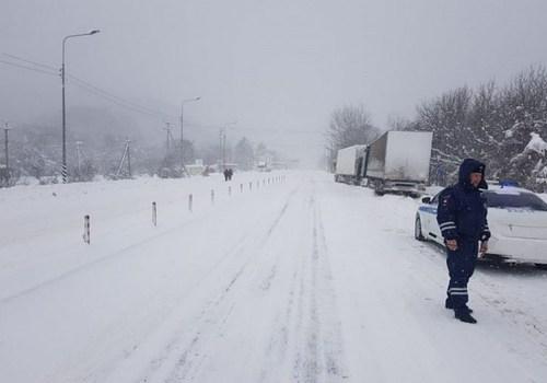 Прерванное из-за снегопада движение большегрузов по трассе М-4 «Дон» в Краснодарском крае восстановлено