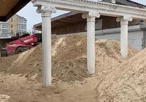 В Анапе заметенную песком набережную расчищают экскаваторами ВИДЕО