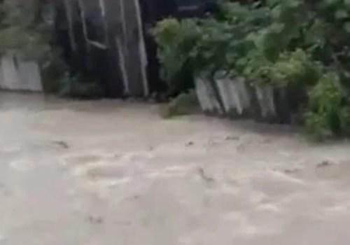В Краснодарском крае река вышла из берегов и затопила улицы в поселке ВИДЕО