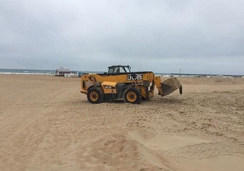 Неизвестные разрыли песчаные дюны на пляже в Анапе