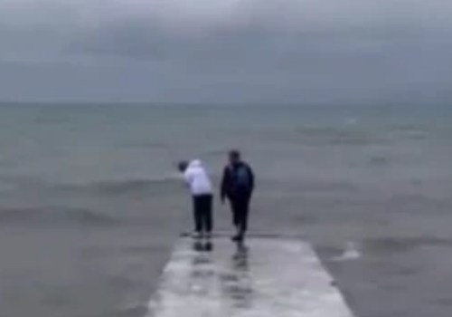 Семья с маленьким ребенком во время шторма забралась на край скользкой буны в Сочи ВИДЕО