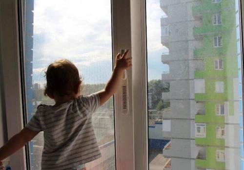 В Краснодарском крае двухлетний ребенок выпал из окна многоэтажки