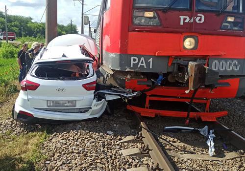 На Кубани поезд протаранил иномарку и протащил ее по путям на 20 метров