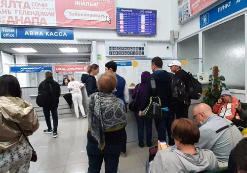 В аэропорту Геленджика полный хаос: люди не могут улететь из-за плохой погоды