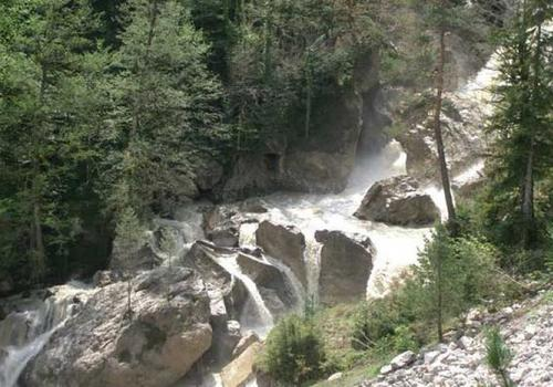В Абхазии с моста в горную реку упала 24-летняя российская туристка