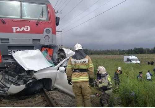 Под Краснодаром поезд снес внедорожник. Жуткое видео
