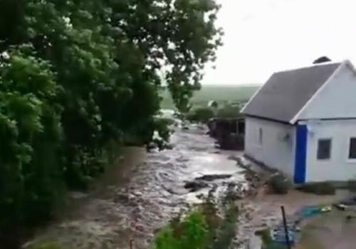В кубанском хуторе большая вода едва не смыла жилой дом ВИДЕО