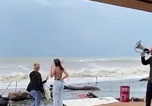 Туристы заполонили сочинские пляжи ради фотографий на фоне шторма (ВИДЕО)