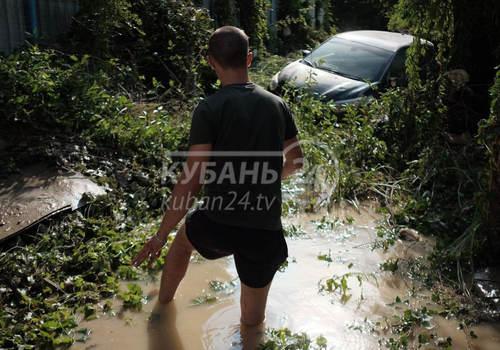 В Джубге местные жители наводят порядок после ночного паводка. Фоторепортаж
