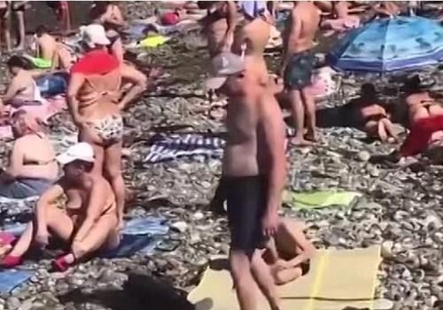 «Ты посмотри, сколько здесь людей»: туристы заполонили пляжи Сочи после шторма ВИДЕО