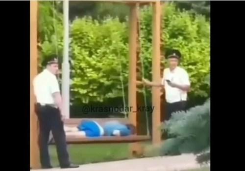 «Самые заботливые полицейские в Анапе»: правоохранители, укачивающие на качелях нарушителя, восхитили пользователей Сети (ВИДЕО)