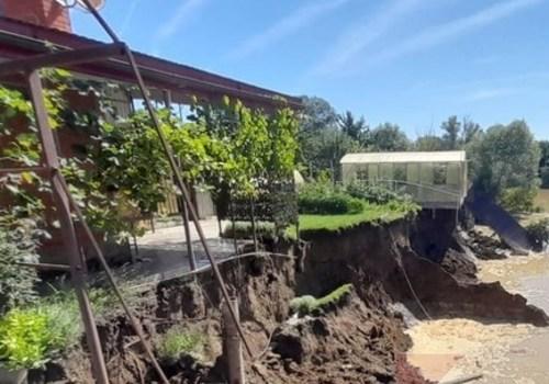 В Афипском обрушился берег реки Афипс, возникла угроза обрушения жилого дома