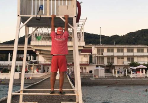 Подплывет с терминалом: на элитном кубанском пляже работу спасателей включили в перечень платных услуг ВИДЕО
