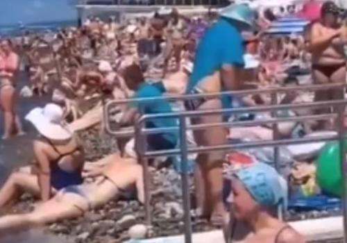 «Даже встать негде!»: туристы показали обстановку на пляжах Кубани в конце июля ВИДЕО