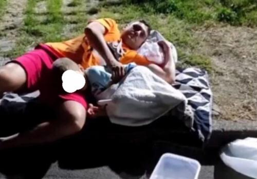На Кубани детям с ротавирусом пришлось несколько часов лежать ночью перед больницей в ожидании помощи ВИДЕО