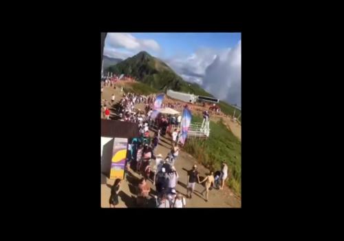 «Не меньше, чем зимой»: В Адлере на горнолыжном курорте у подъемников выстроилась очередь длиной в сотни метров ВИДЕО