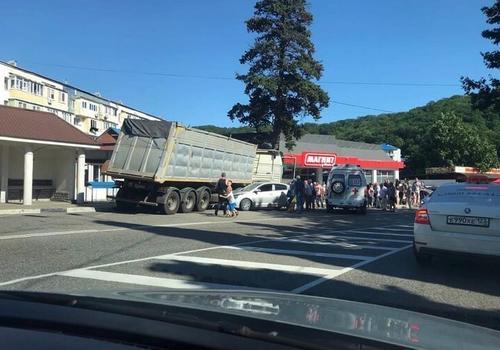 В Туапсинском районе неуправляемый грузовик снес торговые павильоны ВИДЕО