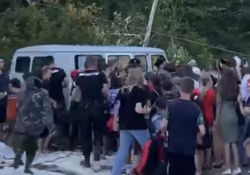 На Кубани фанатов популярного тиктокера Дани Милохина пришлось сдерживать казакам ВИДЕО