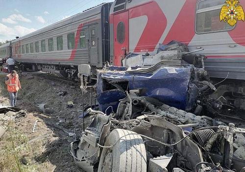 Поезд, следующий в Краснодарский край, столкнулся с цементовозом