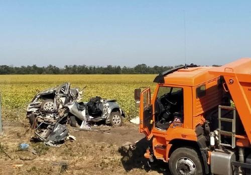 В ДТП с грузовиком в районе Каневской пострадали пять человек