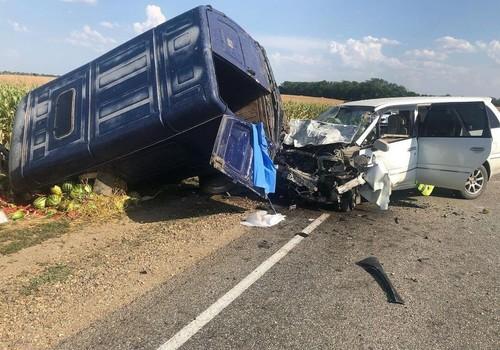 На Кубани водитель врезался в фургон с арбузами и погиб