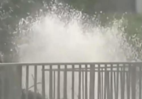 В Геленджике прорвало водопроводную трубу ВИДЕО