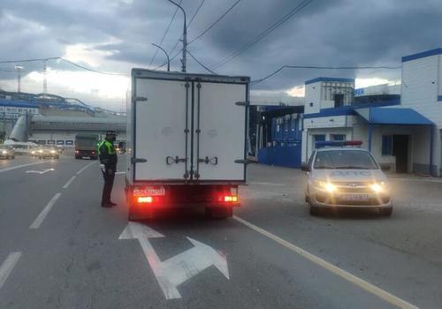 Между Новороссийском и Геленджиком запретили движение грузовиков