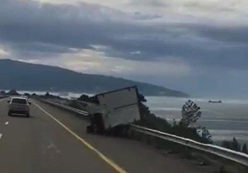 В районе Геленджика сильный ветер опрокинул грузовик ВИДЕО