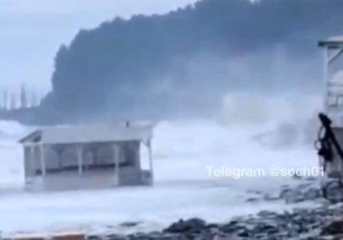 В Сочи шторм смыл в море кафе ФОТО