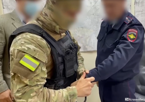 В Краснодаре правоохранители выявили инспектора ГИБДД, который обложил коллегу данью