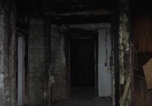 В Краснодаре пенсионер почти 2 года живет в сгоревшем доме