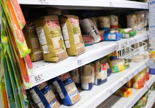 Россияне начали закупать продукты и одежду перед длинными выходными