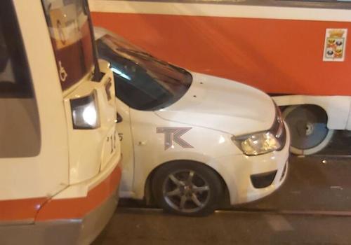 В центре Краснодаре легковушку зажало между двумя трамваями ВИДЕО