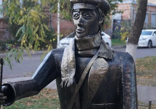 Еще один «родственник» Аленки: жителей Кубани возмутил новый памятник художнику в Ейске