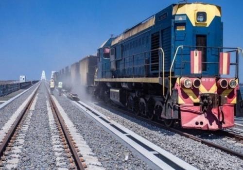 Старт дан: по железнодорожной части Крымского моста проехал поезд ВИДЕО